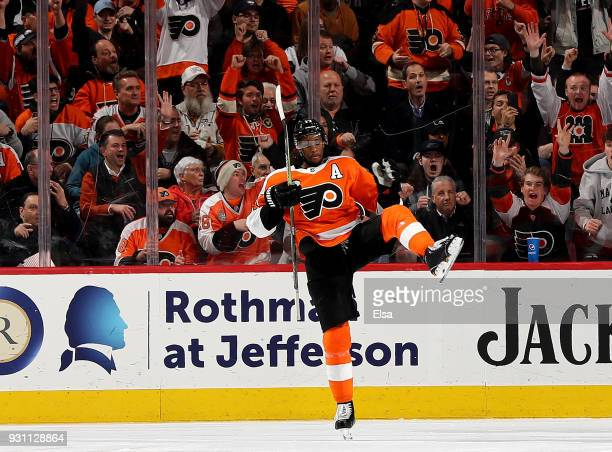 Wayne Simmonds of the Philadelphia Flyers celebrates his goal in the third period against the Vegas Golden Knights on March 12 2018 at Wells Fargo...