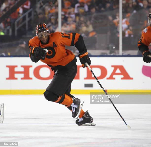 Wayne Simmonds of the Philadelphia Flyers skates against the Pittsburgh Penguins during the 2019 Coors Light NHL Stadium Series game at the Lincoln...
