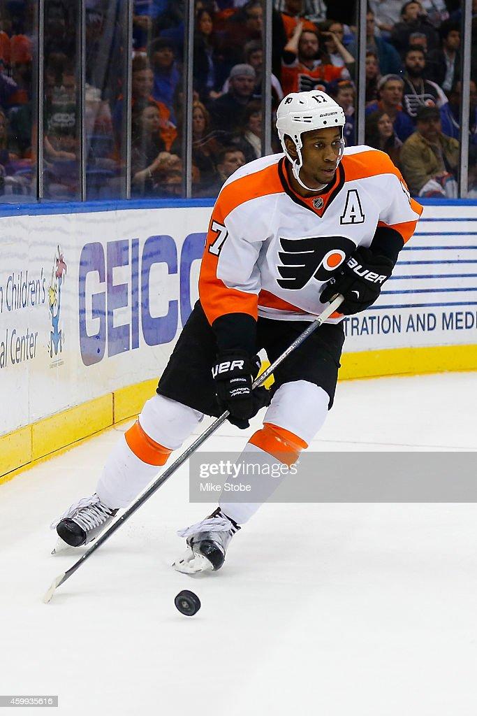 Wayne Simmonds #17 of the Philadelphia Flyers skates against the New York Islanders at Nassau Veterans Memorial Coliseum on November 24, 2014 in Uniondale, New York. The Islanders defeated the Flyers 1-0 in a shoot-out.