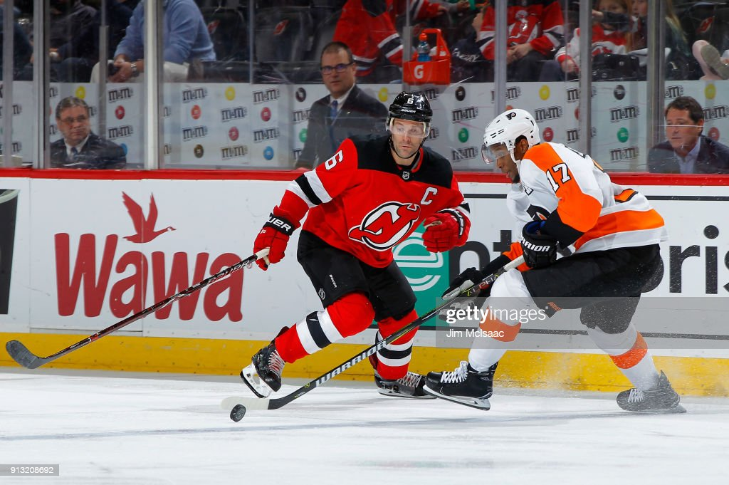 Wayne Simmonds #17 of the Philadelphia Flyers tries to controls the puck against Andy Greene #6 of the New Jersey Devils on February 1, 2018 at Prudential Center in Newark, New Jersey.
