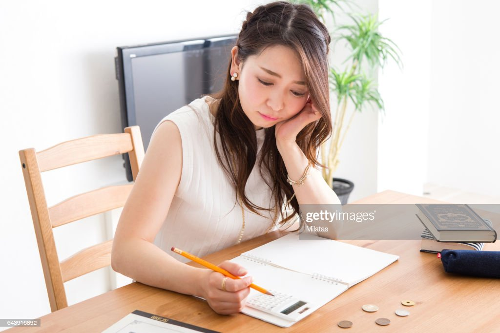 家計簿をつける女性 : ストックフォト