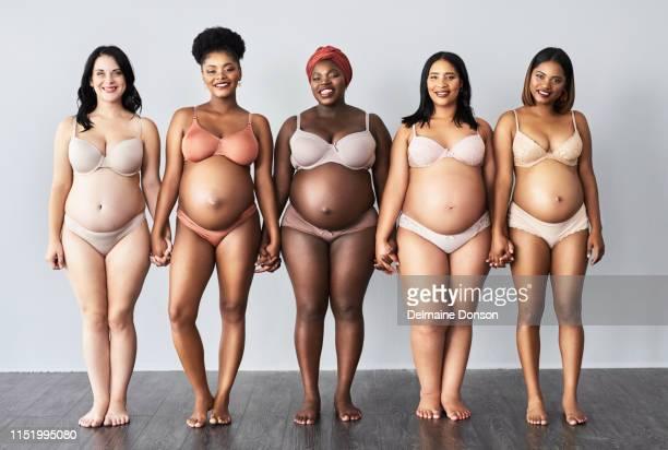 nous sommes enceintes heureuses et belles - human body part photos et images de collection