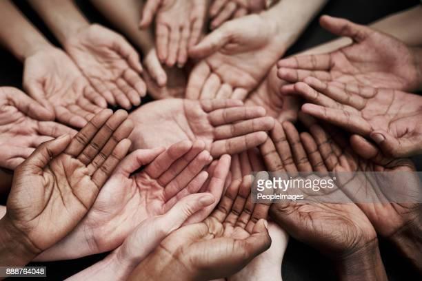 no podemos ayudar a todos, pero todos pueden ayudar a alguien - manos en el aire fotografías e imágenes de stock