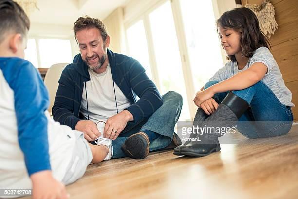 wir können nicht aufenthalt ganz wie zu hause in dieser tolle wetter - stay at home father stock-fotos und bilder