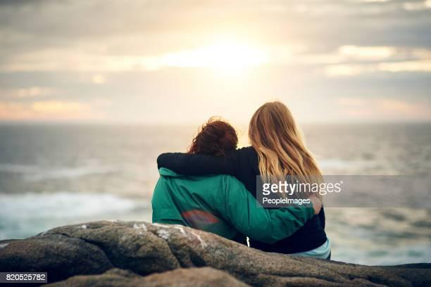 nos abrazarnos como abrazamos la naturaleza - amigos abrazados espaldas fotografías e imágenes de stock