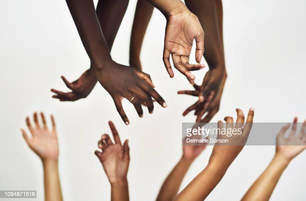 nous devons tendre la main aux autres femmes et se réunir - human body part photos et images de collection