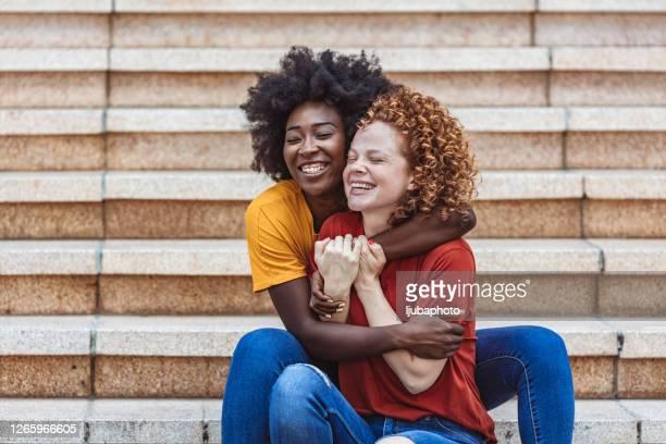 nous partageons le même cerveau - ados lesbiennes en couple photos et images de collection