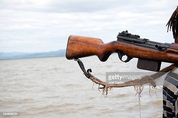 Arma em África sobre o ombro do homem pelo Lago Chamo, Etiópia