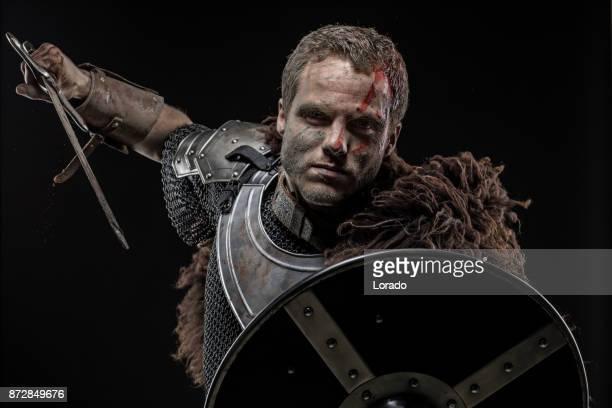 感情的なポーズで振り回す汚れた血バイキング戦士を武器します。 - 決闘 ストックフォトと画像