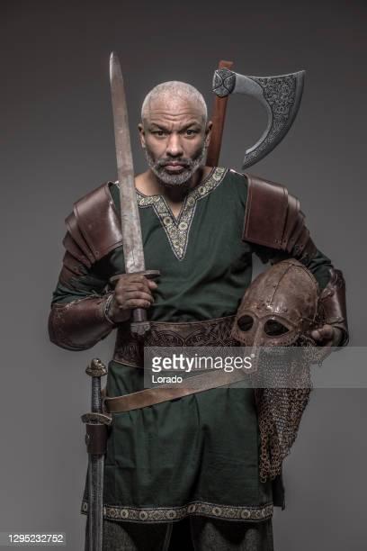 arma che brandisce guerriero africano nero ispirato al vichingo - principe persona nobile foto e immagini stock