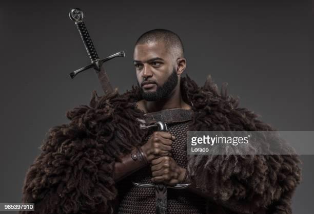 バイキングを振り回す武器インスピレーションだけでブラック ・ ウォリアー - iranian culture ストックフォトと画像