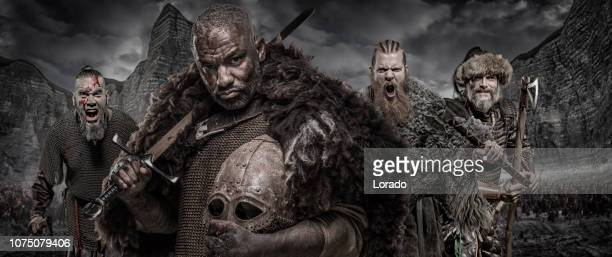 waffe schwingt viking inspiriert schwarzen krieger - wikinger stock-fotos und bilder