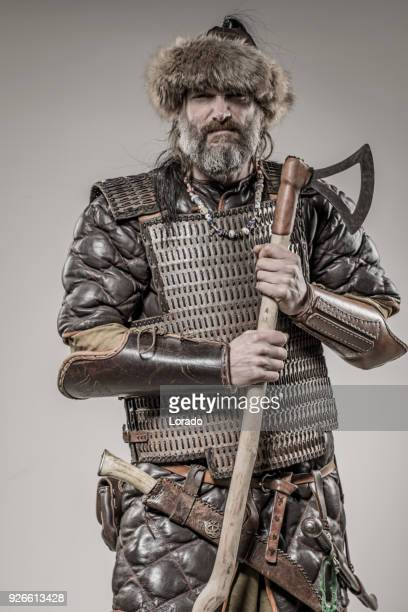 arme maniant viking warrior beserker seul dans shoot studio - viking photos et images de collection