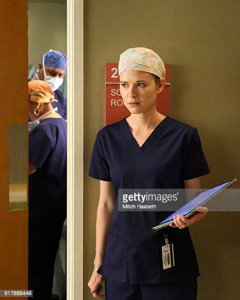 S ANATOMY 'I Wear the Face' Meredith goes on an ambulance ride with Owen and Nathan to pick up a heart for a transplant patient Musician MS patient...