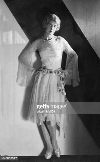 Wearing a dress of Jean Patou with a belt of roses um 1926 Photographer AlbinGuillot Published by 'Die Dame' 2/1926 Vintage property of ullstein bild