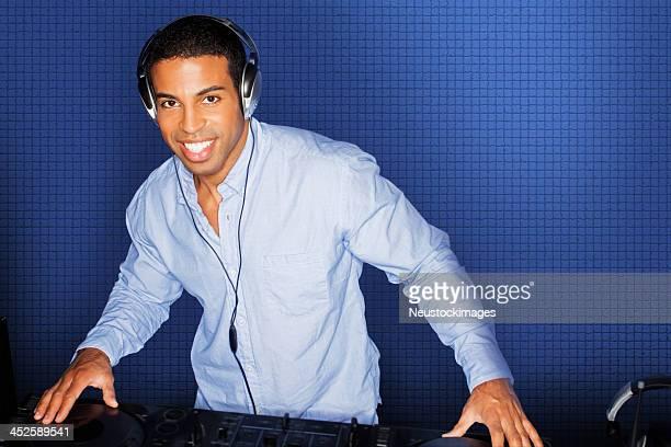 DJ による音楽に合わせて遊びのヘッドフォンのナイトクラブ