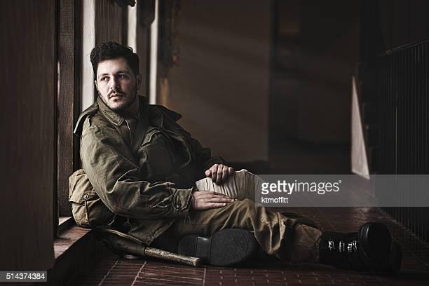 Fatigué de la Seconde Guerre mondiale, soldat de détente dans le hall