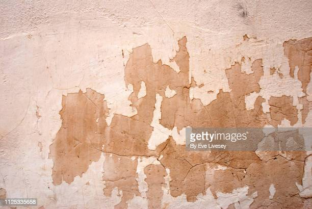 weathered painted wall texture - descascado - fotografias e filmes do acervo