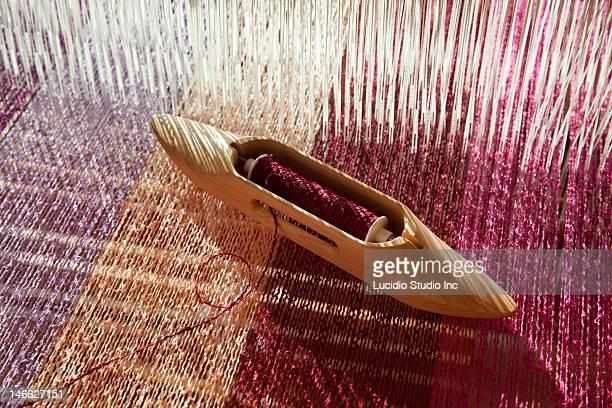 Weaving loom with a boat shuttle