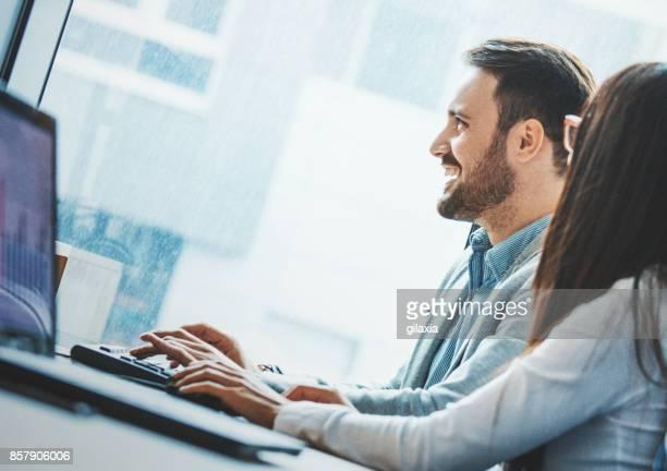 designers de web no trabalho. - terceirização - fotografias e filmes do acervo