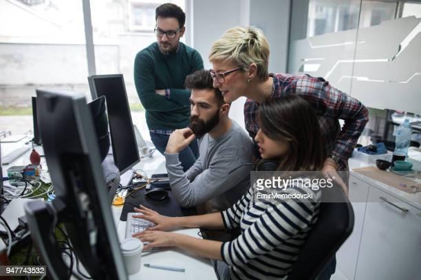 Diseñadores trabajando en oficina en proyecto juntos