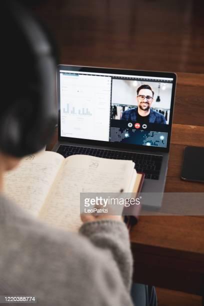webinaire, apprentissage à distance. femme travaillant et étudiant de la maison - classe virtuelle photos et images de collection