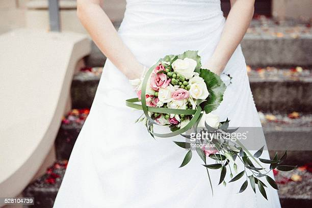 bouquet da sposa nelle mani della sposa - bouquet foto e immagini stock