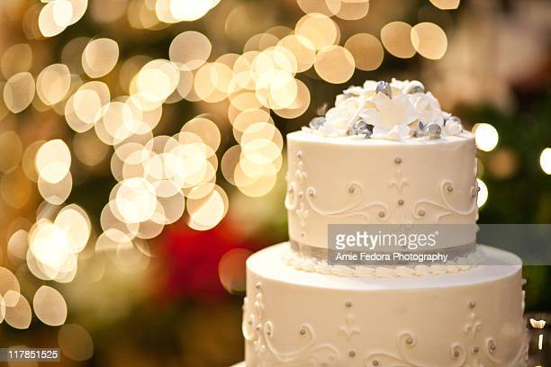 wedding cake and bokeh - wedding cake foto e immagini stock
