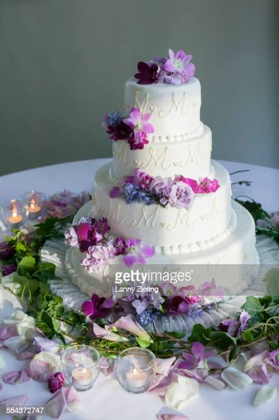 wedding cake decorated with flowers at reception - wedding cake stock pictures, royalty-free photos & images