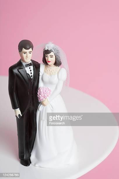 wedding cake figurines - representar fotografías e imágenes de stock