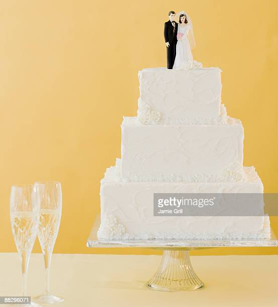 wedding cake toppers on cake - wedding cake foto e immagini stock