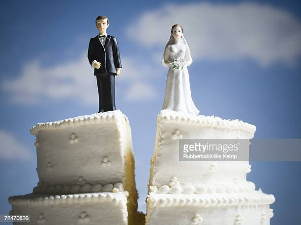 wedding cake visual metaphor with figurine cake toppers - teilen stock-fotos und bilder