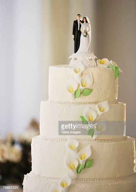 wedding cake with bride and groom figurines - wedding cake foto e immagini stock