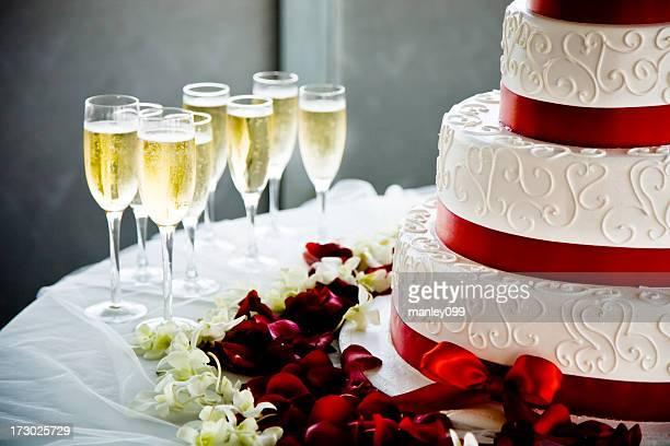 Bolo de Casamento com copos de Champanhe