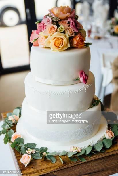 wedding cake with fresh flower decoration - ashford kent - fotografias e filmes do acervo