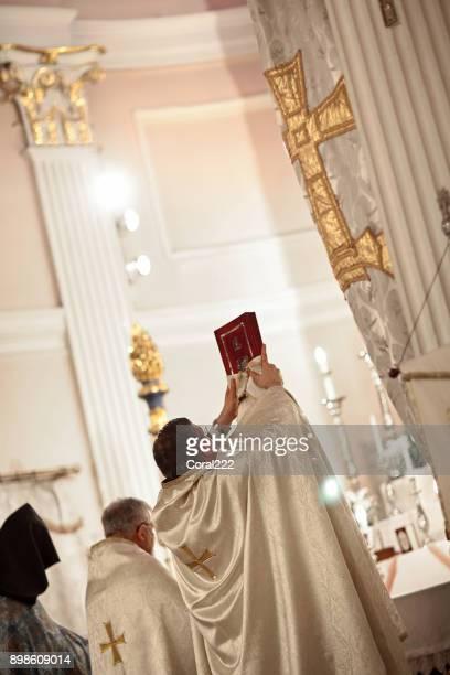 cérémonie de mariage dans l'église - l'église arménienne kumkapi à istanbul, turquie - saint sacrement photos et images de collection