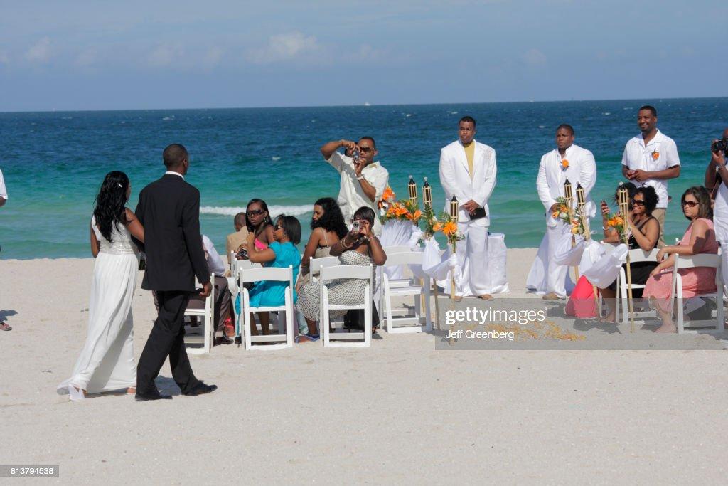 A wedding ceremony on Miami Beach : News Photo