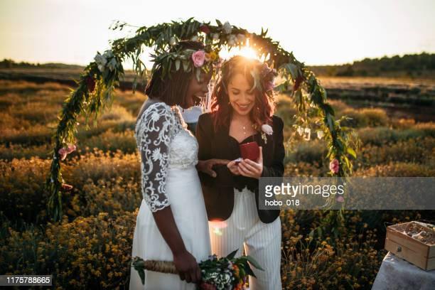 lgbtqi huwelijksceremonie - trouwceremonie stockfoto's en -beelden