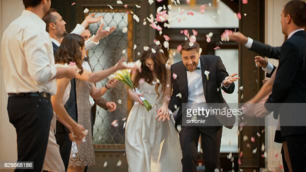 wedding confetti bride and groom - wedding ceremony stock pictures, royalty-free photos & images