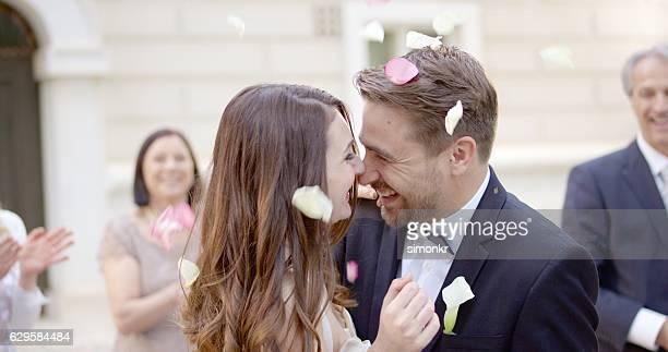 Jeunes mariés en passant par des confettis de mariage