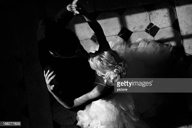 wedding couple dancing, black and white - gewalt stockfoto's en -beelden