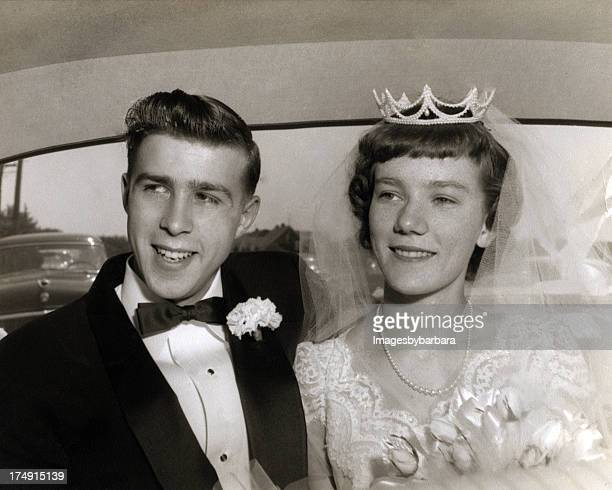 wedding couple from the 1950's. - trouwen stockfoto's en -beelden