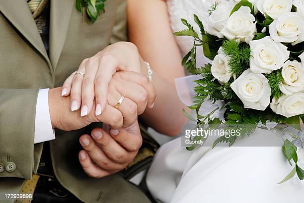 Casal de mãos dadas em Casamento