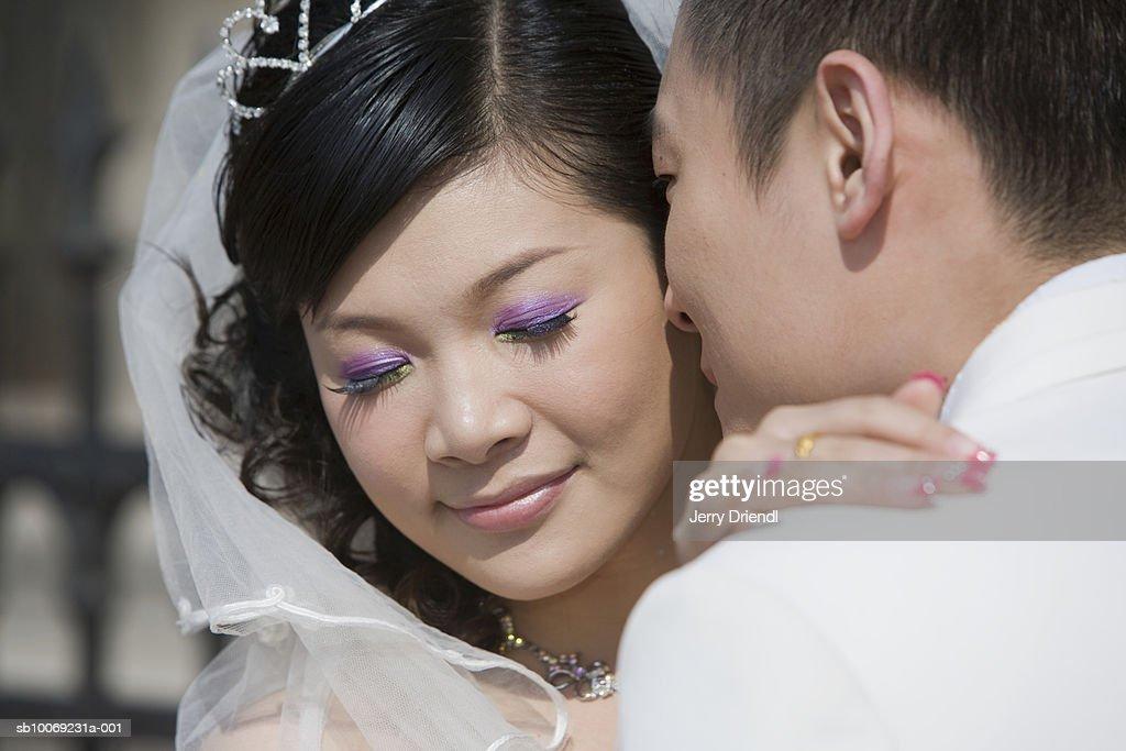 Wedding couple hugging outdoors : Stockfoto