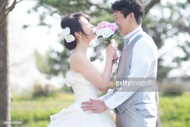 ビーチでの結婚式のカップル - ウェディング ストックフォトと画像