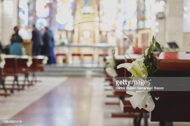 wedding decor church - church wedding decorations stock pictures, royalty-free photos & images