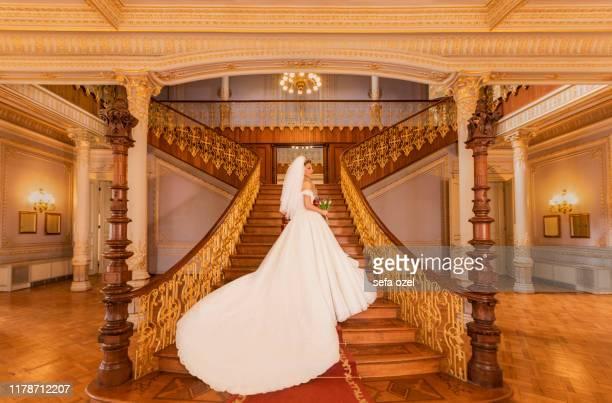robe de mariée et voile - mariée dans le palais - royal wedding photos et images de collection