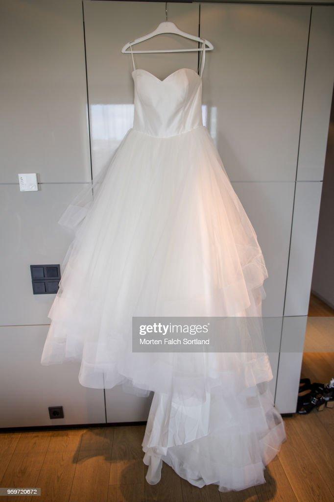 A Wedding Dress Hangs on a Wall in Berlin, Germany Summertime : Stock-Foto