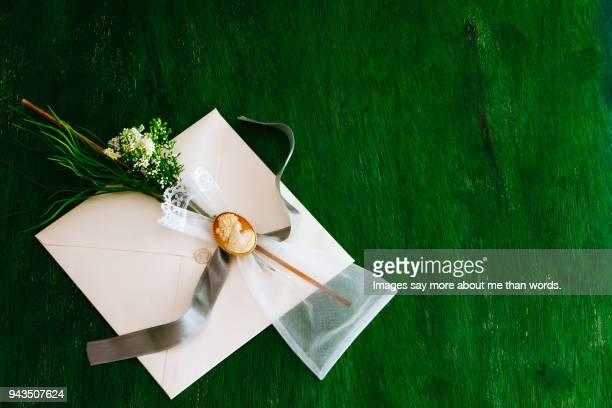 wedding invitation with a small miosótis bouquet with cameo over green background. - wedding invitation imagens e fotografias de stock