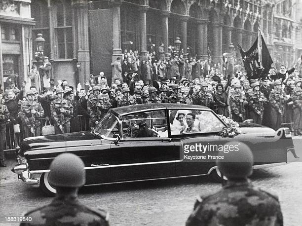 Wedding of King Baudouin I of Belgium with Fabiola de Mora y Aragon in Brussels Belgium on December 15 1960 The young royal couple in a car in the...